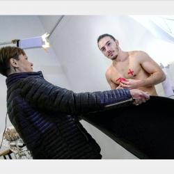 Nicola Laccetti durante lo shoot fotografico per la campagna; fonte Ass. Le Bigotte