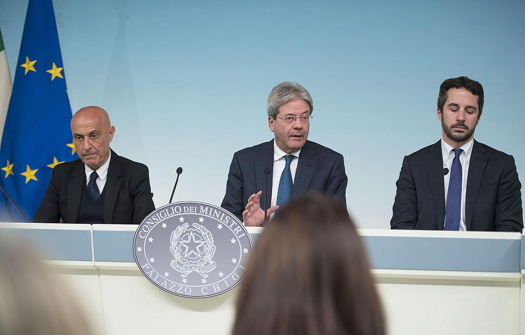 Paolo Gentiloni presenta il Piano Minniti immigrazione CIE