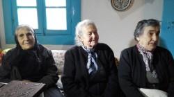 Emilia Kamvysi, simbolo dell'accoglienza dell'isola di Lesbo ai migranti, con le sue amiche di sempre, Mariza (85 anni) e Efstratya (90), con cui passa i suoi pomeriggi, Skala Sykaminias, 13 febbraio 2016. ANSA/ LAURENCE FIGA'-TALAMANCA