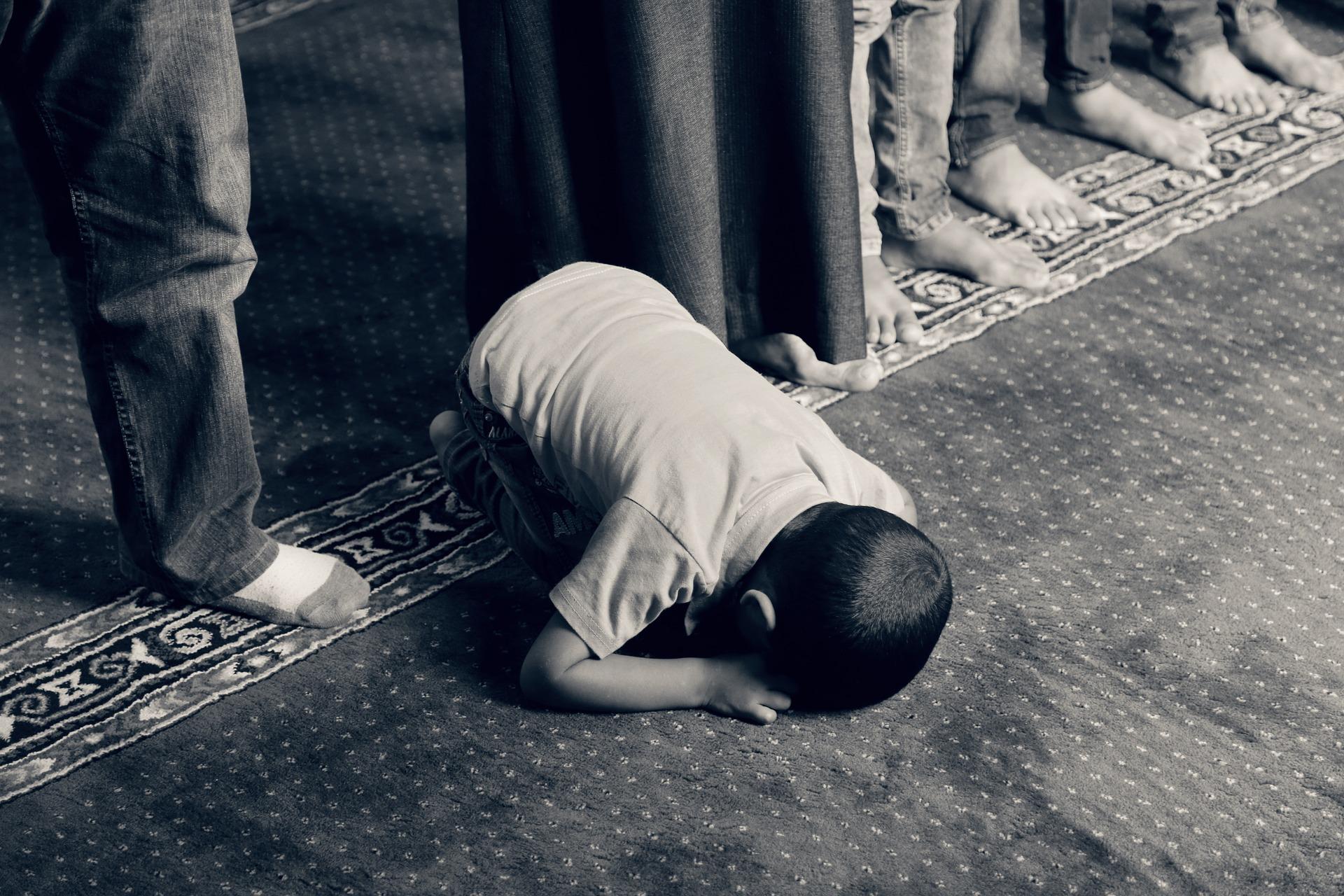 bambino prega allah discriminazione