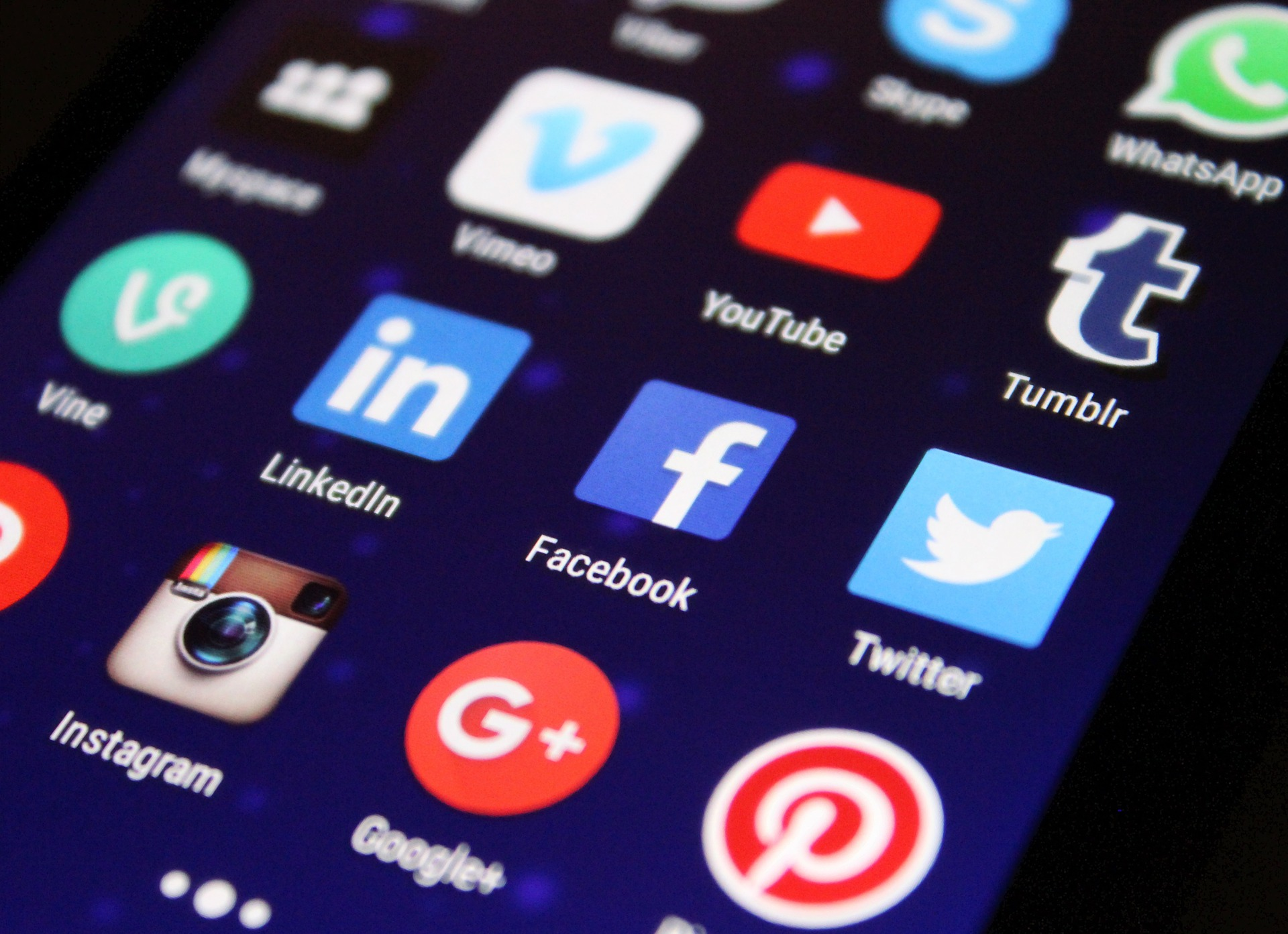 Facebook social media responsabilità contenuti
